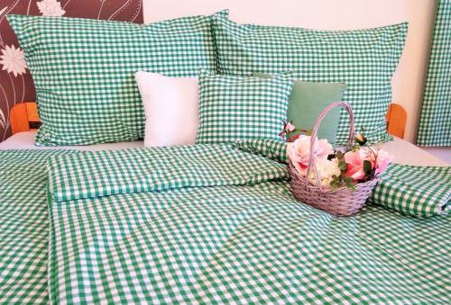 VERATEX Bavlněné povlečení francie LUX 2x70x90 + 240x200 cm kanafas zelené srdíčko