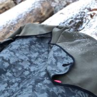 Aesthetic Softshellová deka - universální - khaki maskáč s černým lemem Rozměr: 145x200 cm - velká  s popruhem