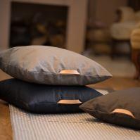 Aesthetic Lněný povlak na sedací polštář s koženým uchem - Khaki Rozměr: 60x60 cm